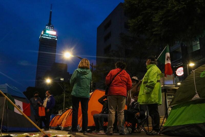 Opositores mexicanos protestan en casas de campaña contra López Obrador