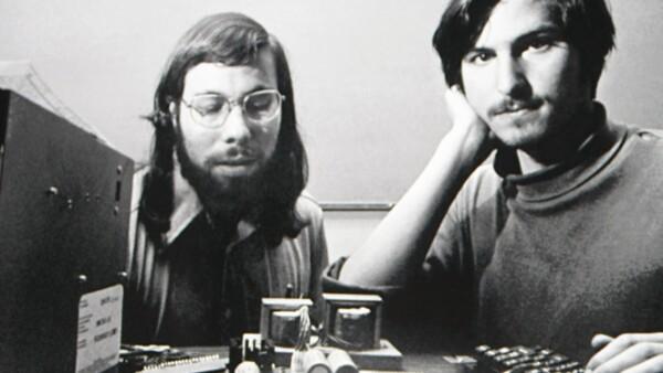 Su amigo Bill Fernandez le presentó al joven ingeniero Steve Wozniak, con quien fundó la empresa de la manzana. Su primer producto, Apple I, fue construido en madera y con una placa de circuitos.
