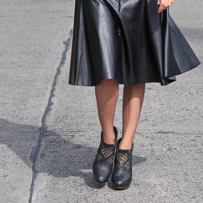 Falda de piel midi negra y medias color ala de mosca.