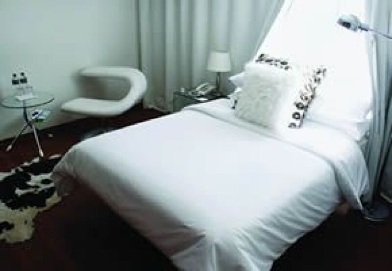 Un pequeño hotel de aire chic que conserva detalles sesenteros.