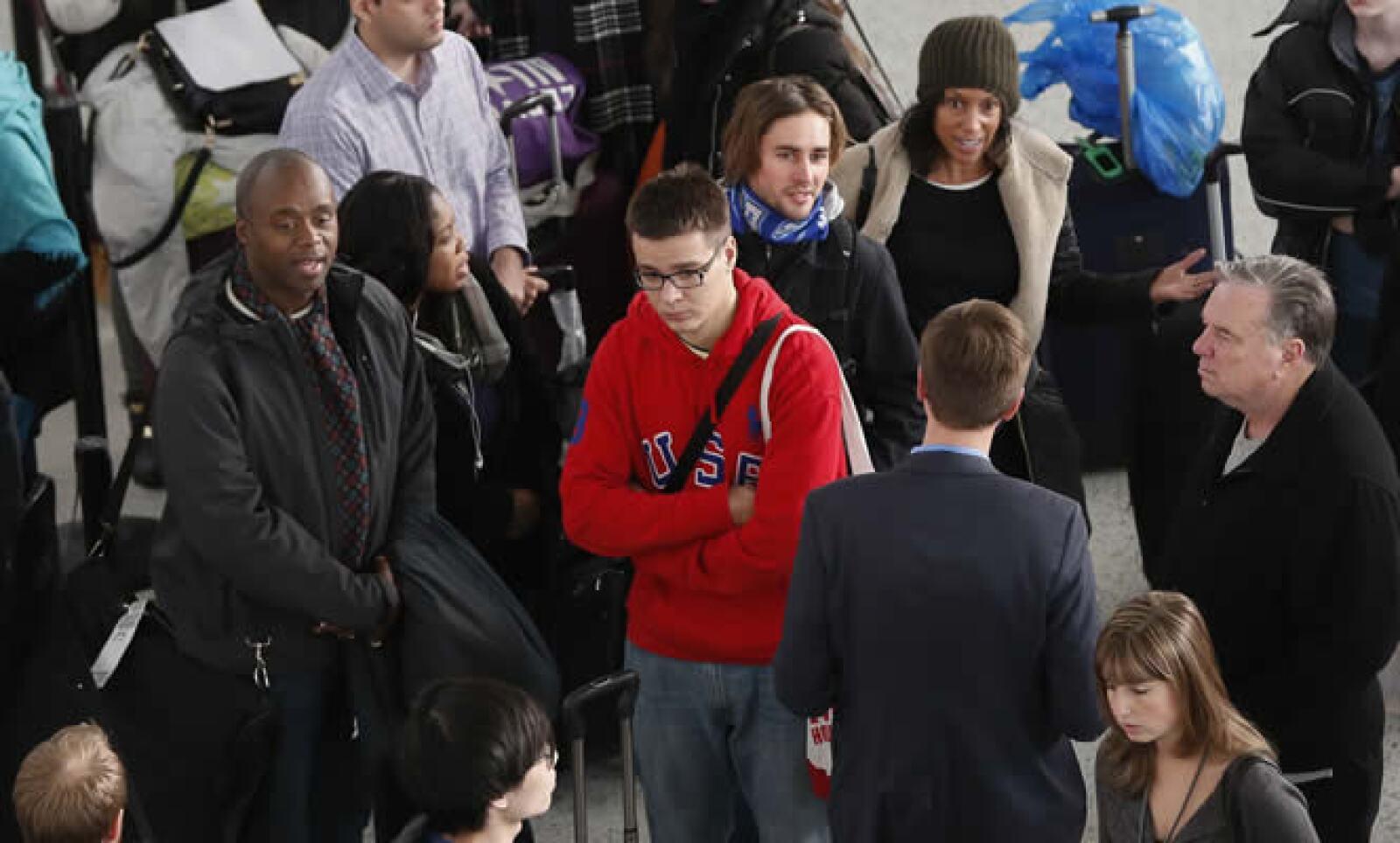 JetBlue Airways planeaba suspender los vuelos a Nueva York y Boston el lunes por la tarde y reanudar el servicio gradualmente el martes.