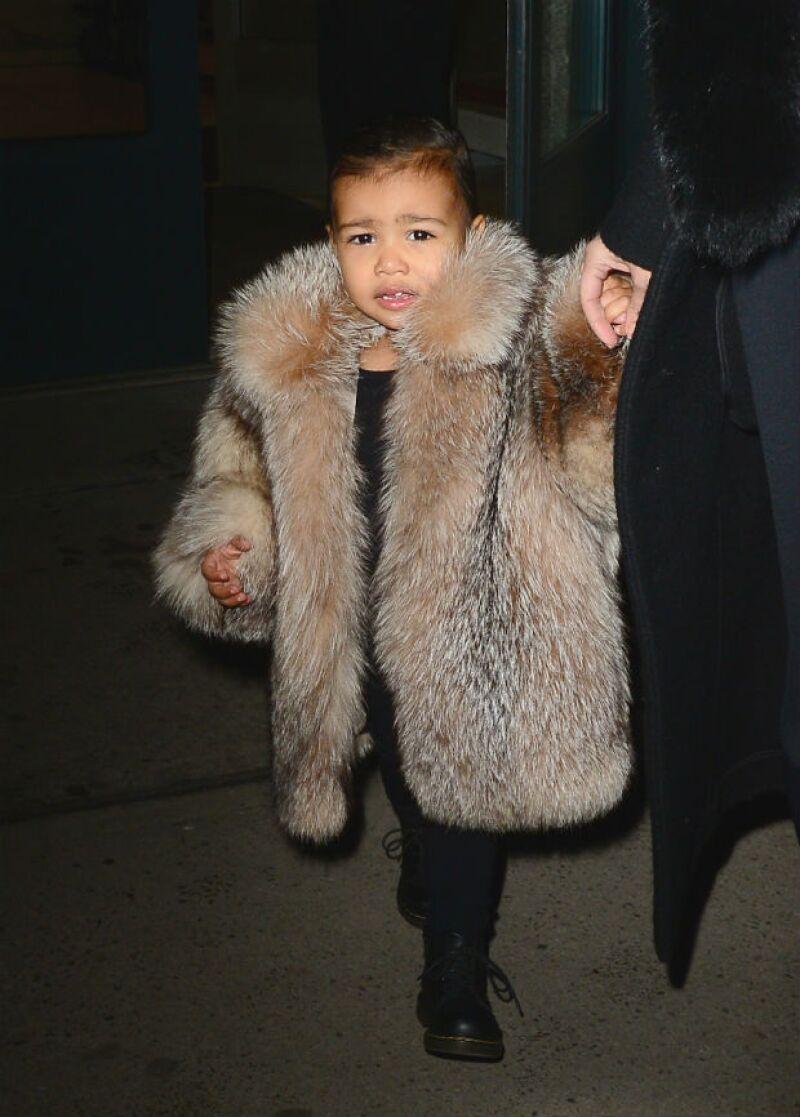 A diferencia de su famosa mamá, la pequeña de un año parece seguir mostrando su disgusto por los reflectores, además de que su voluminoso abrigo de piel da de qué hablar.