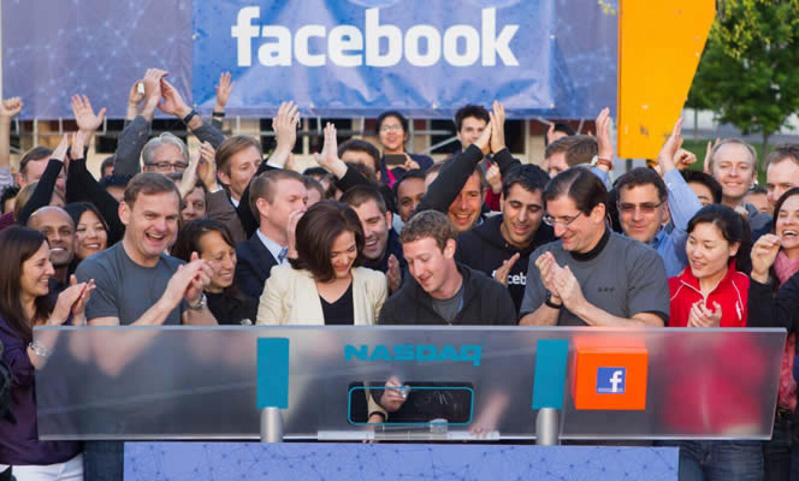 Mark Zuckerberg, CEO de la empresa dio el campanazo de salida a la Bolsa en el parque Menlo, en California.