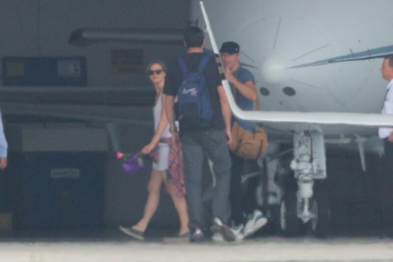 La primera vez que fueron vistos juntos fue cuando bajaban de un avión privado y ella sostenía una rosa en la mano.