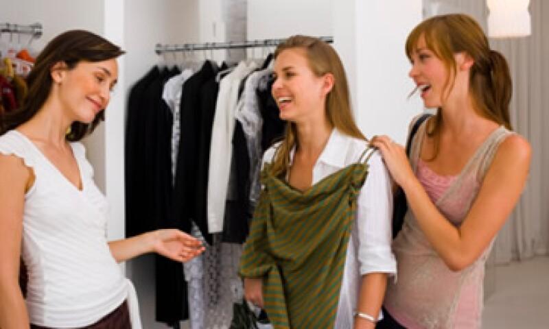 Un asesor de imagen acompaña a su cliente a comprar la ropa o la compra por él. (Foto: Thinkstock)