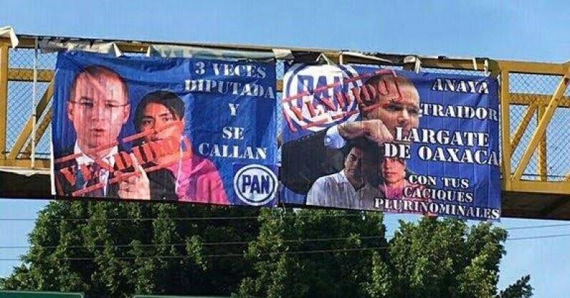 Inconformes colocaron mantas en puentes peatonales contra el presidente nacional del PAN, Ricardo Anaya.