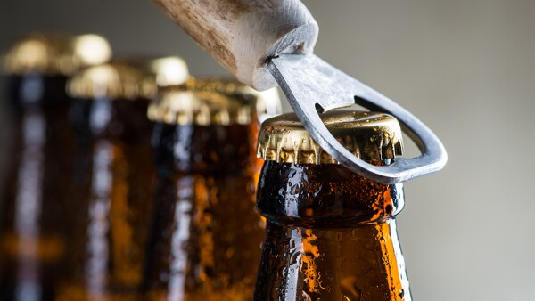 ¿Cómo abrir una cerveza?