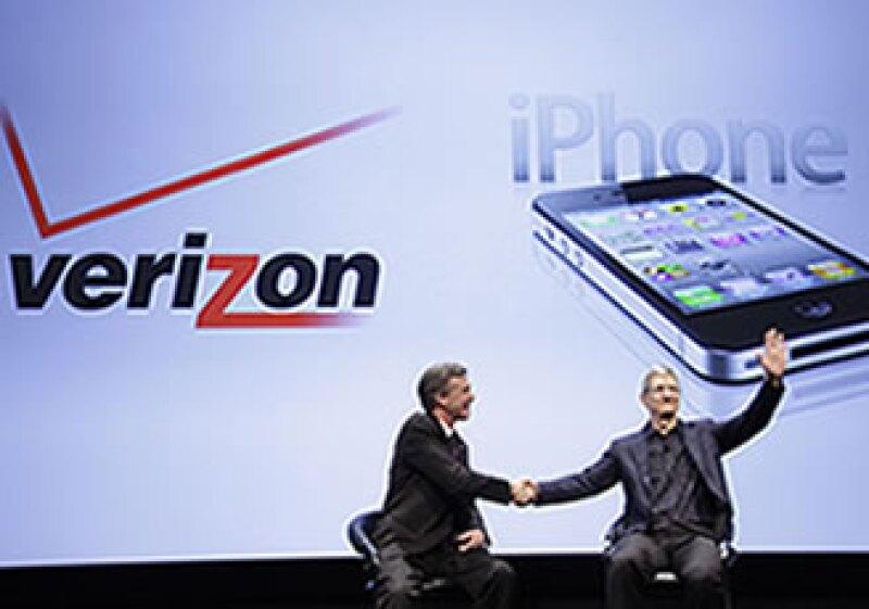 El iPhone de Verizon fue presentado por el director de operaciones de Apple, Tim Cook, y su homólogo en la telefónica, Lowell McAdam. (Foto: AP)
