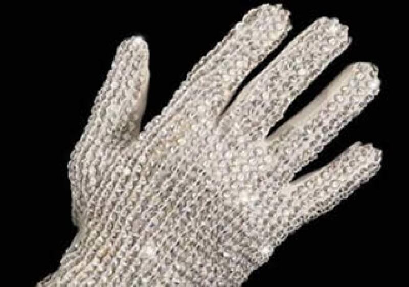 Según la casa Bonhams and Goodman, el guante fue el primero en ser vendido desde que el cantante murió. (Foto: Reuters)