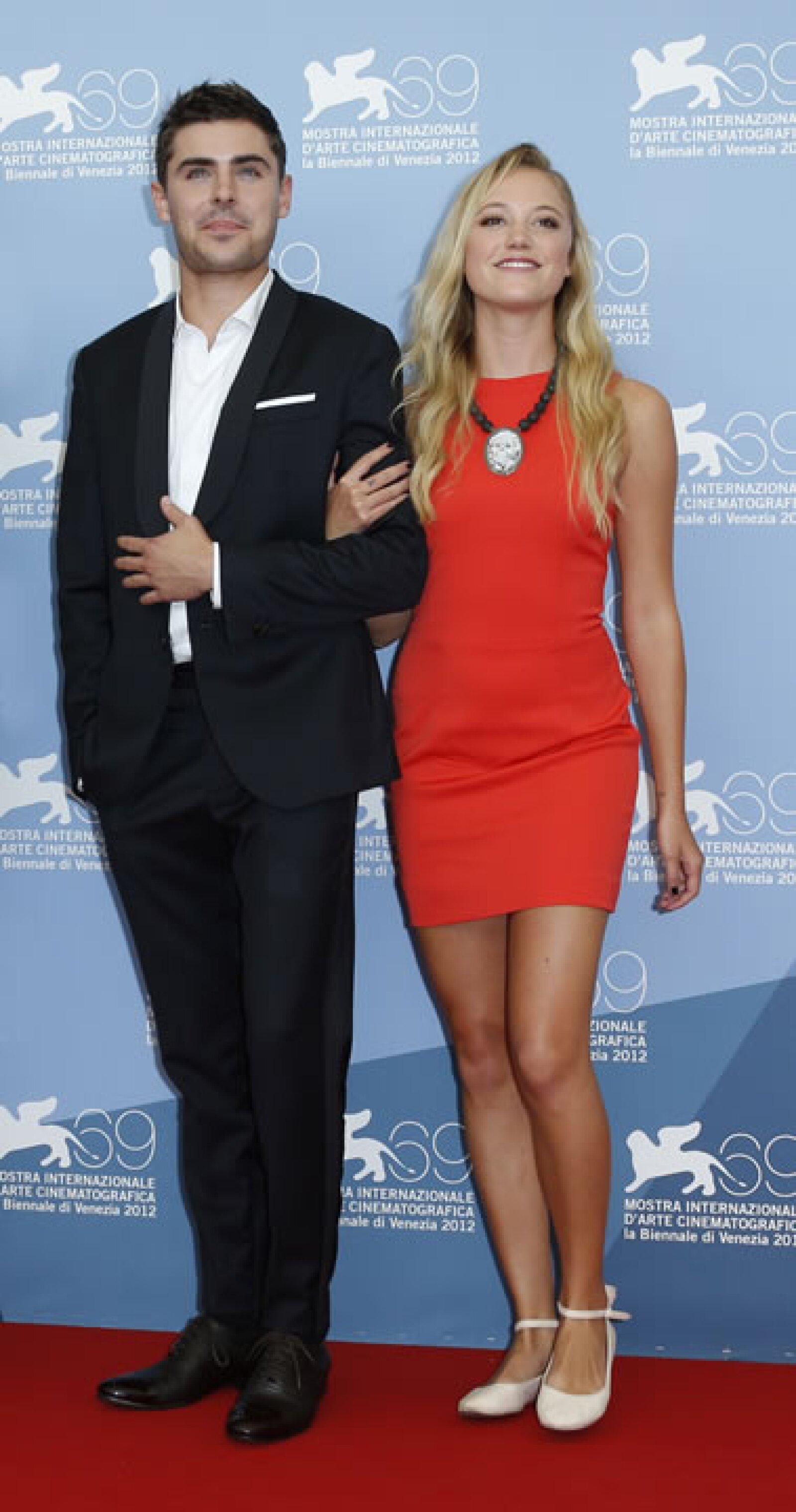 Zac Efron con Maika Monroe, que deslumbró en un vestido rojo.