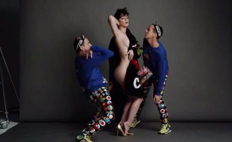 La cantante ha decidido mostrar su estupenda figura en la campaña publicitaria de la marca italiana, en donde aparece con su amigo, el diseñador Jeremy Scott.