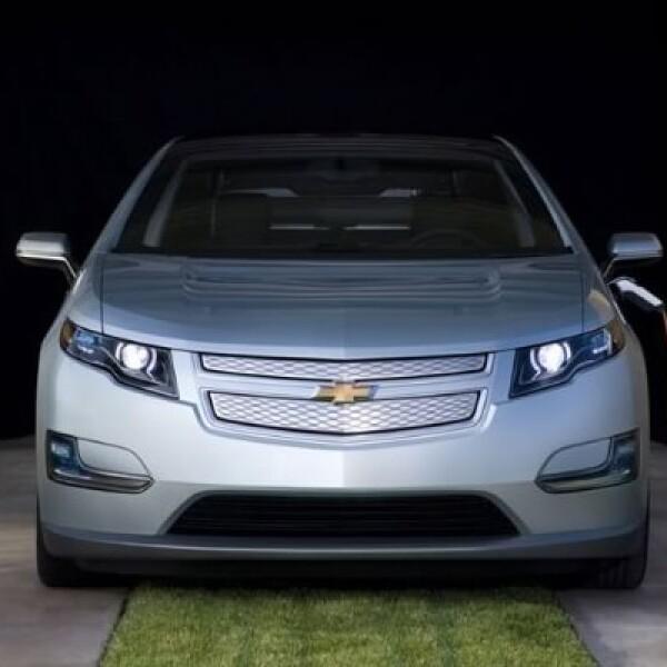 De fábrica trae consigo el cable de carga estándar de 120 voltios que permite nutrir de energía al automóvil desde cualquier tomacorriente eléctrico estándar.