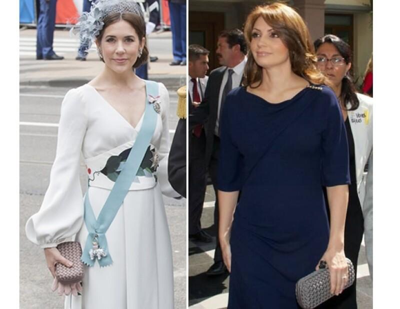 Ambas con bolsos grises de Bottega Veneta.