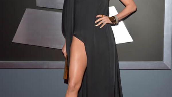 Jennifer Lopez puso haber `pasado la raya´ del reglamento de vestimenta con este vestido asimétrico de pierna y hombro al descubierto.