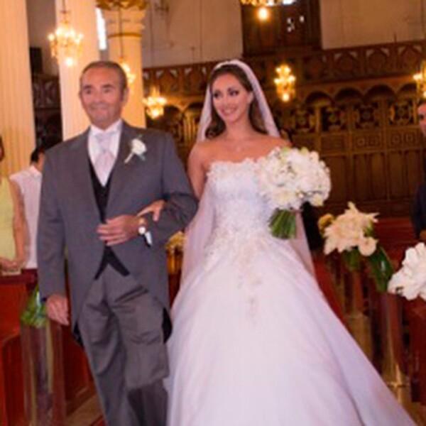 Anahí fue llevada al altar por su papá Enrique Puente.