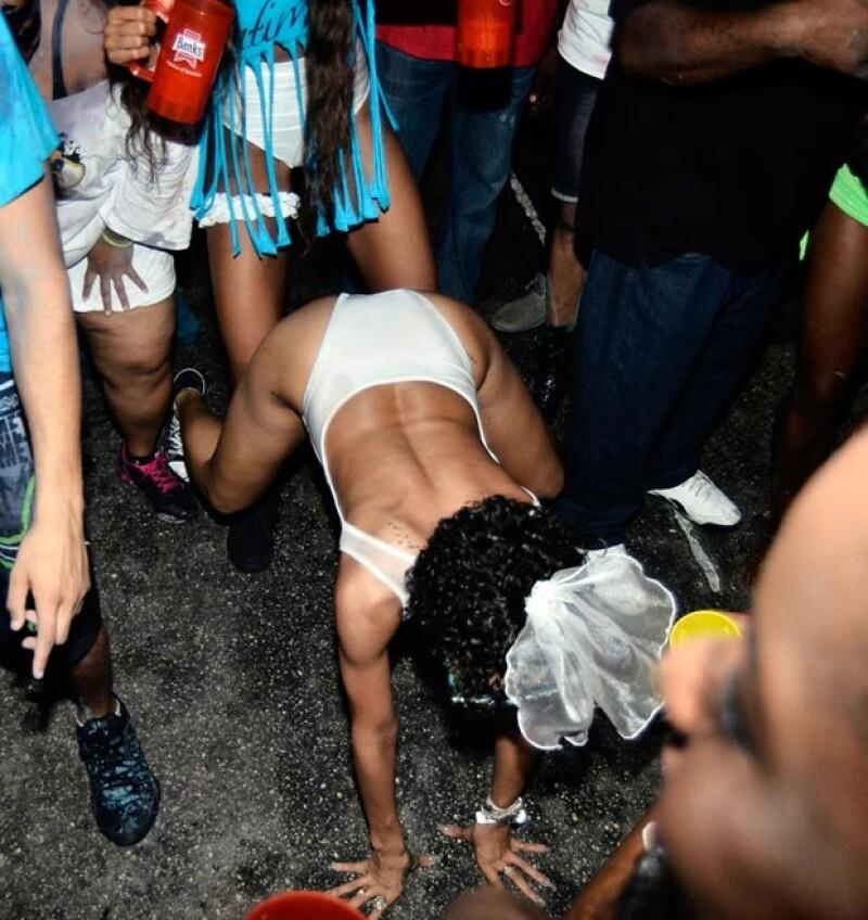 "Riri realizando el famoso baile ""twerk"" en plena calle."
