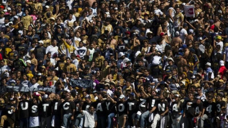 Aficionados de la porra Rebel de los PUMAS de la UNAM se manifestaron por la localización con vida de los 43 normalistas el 23 de nov