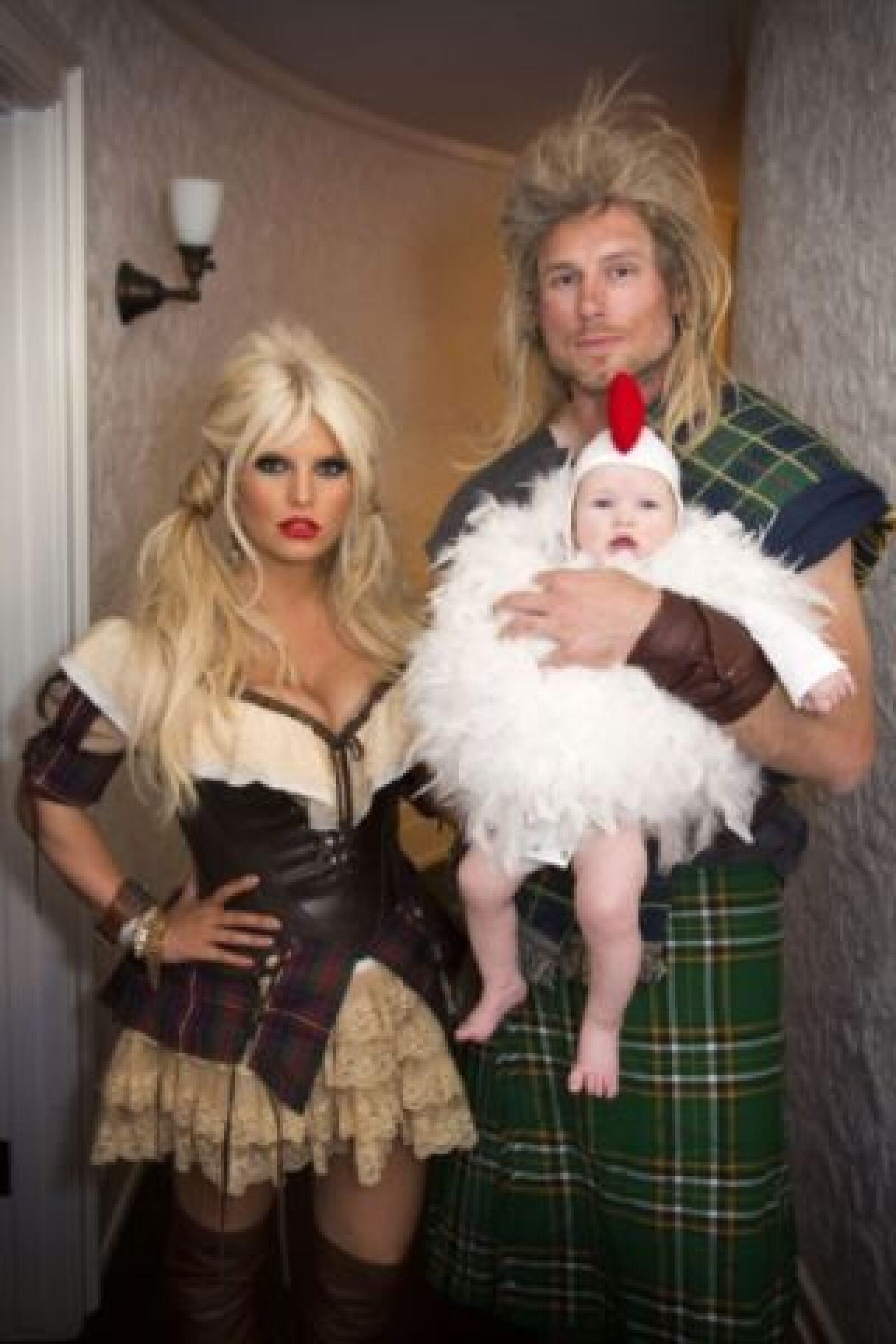 En el pasado Halloween Jessica Simpson, su pareja Eric Johnson y la pequeña Maxwell lucieron así en Halloween. La pequeña se veía muy tierna disfrazada de gallina.