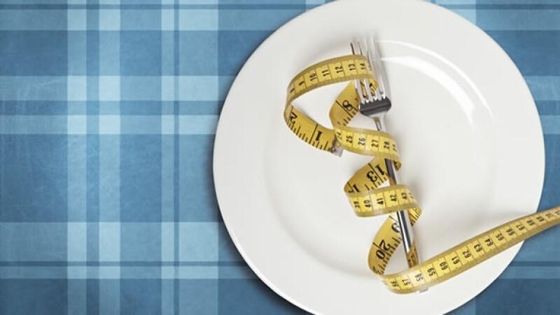 Beber más agua, comer vegetales e ingerir los alimentos despacio te ayudarán a bajar la ingesta de calorías diarias.