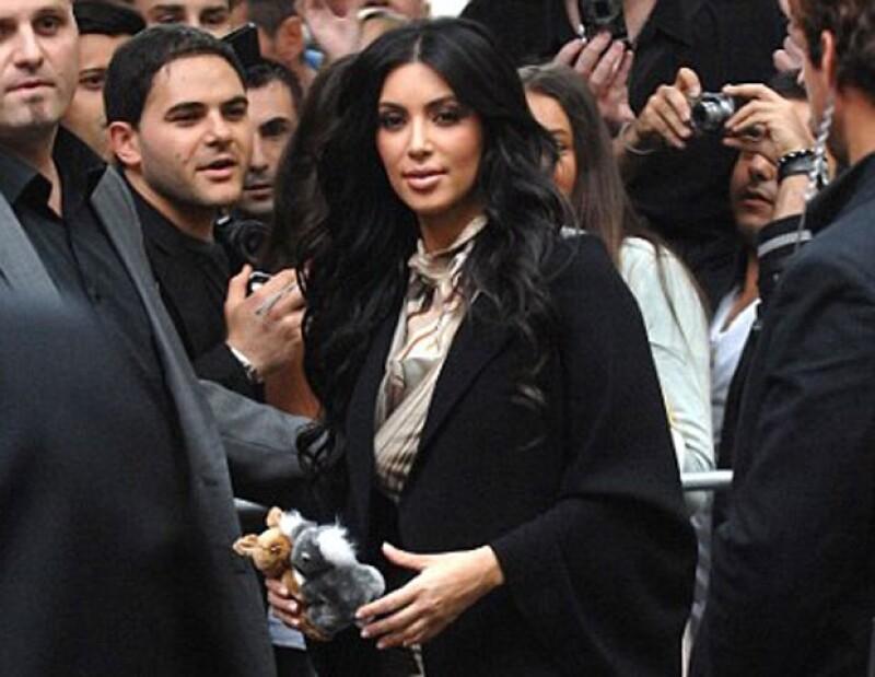 Kim Kardashian se portó amable con los fans pero sonrió poco.