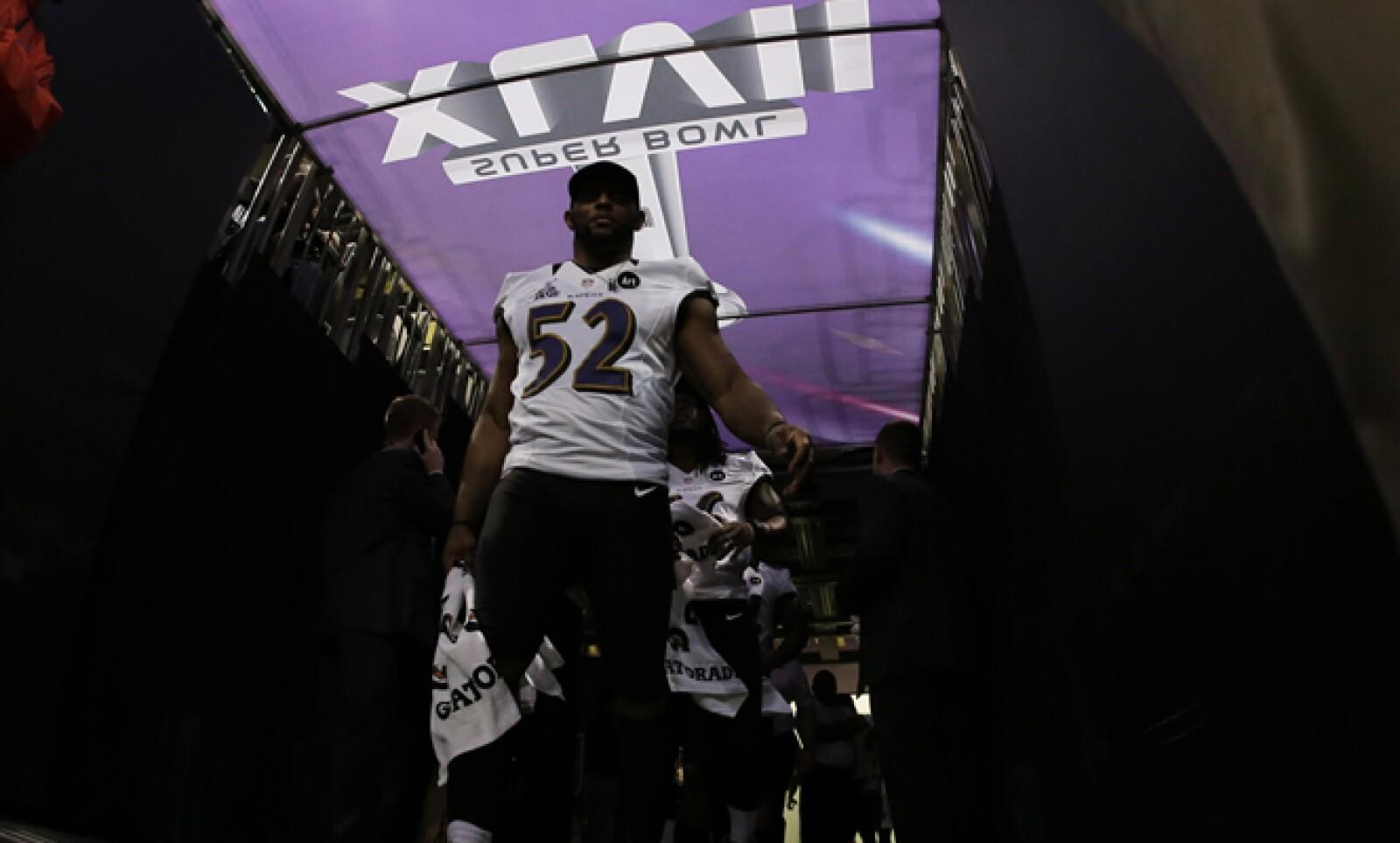 El linebacker de los Cuervos de Baltimore, Ray Lewis, anunció su retiro esta temporada. Este será su último juego.