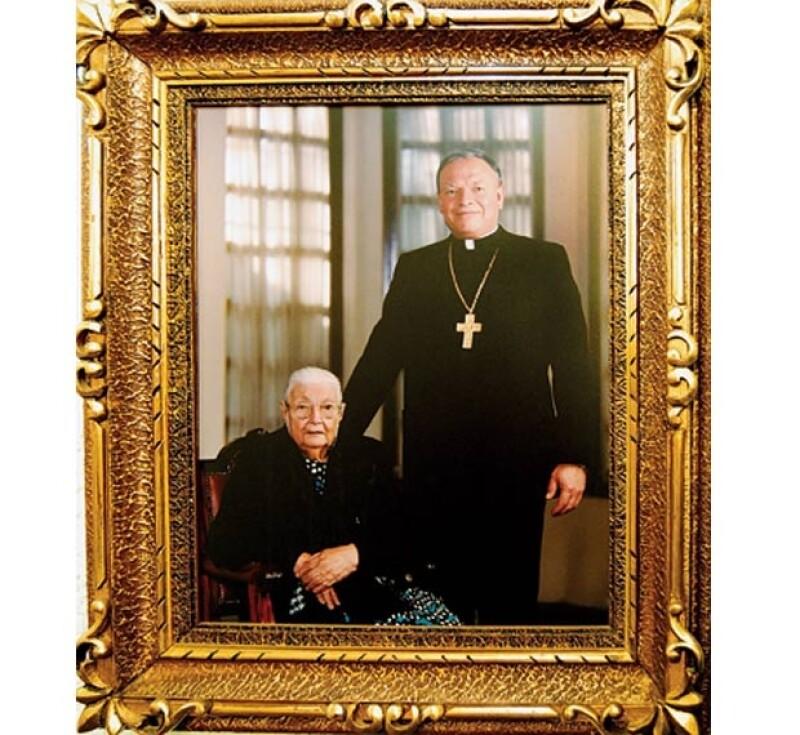 El arzobispo y su madre, María Guadalupe, en 1998, dos años antes de que ella falleciera.