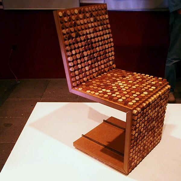 6.The ec chair nace de la idea de unir dos materiales reciclables como el MDF y los corchos de botellas de vino. El MDF sirve como base para el producto de deshecho: corchos de botellas de vino, cuya capacidad de compresión y textura brindan al producto