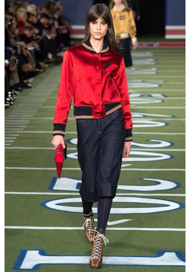 Colores otoñales con contrastes intensos como el rojo harán que los outfis sean aún más especiales.