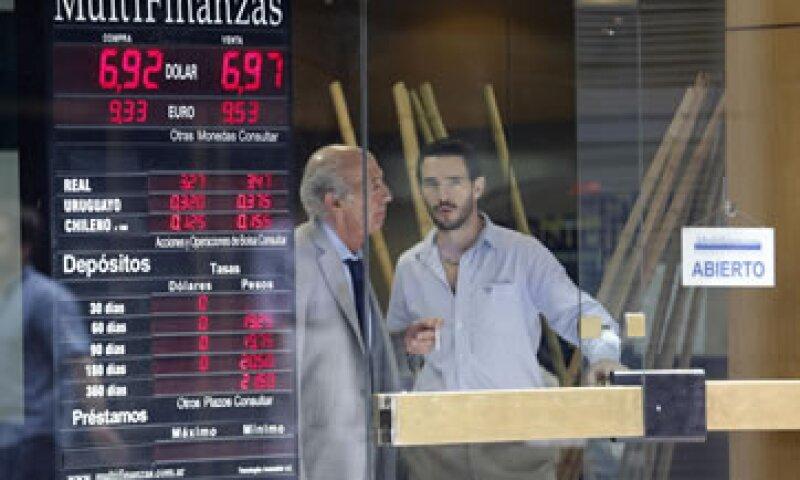 La economía argentina está sufriendo por la escasez de dólares, una débil inversión externa y la falta de acceso a los mercados de crédito internacional.  (Foto: Reuters)