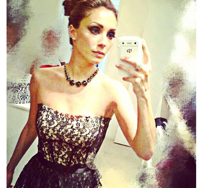 La actriz eligió un ceñido vestido de encaje negro para resaltar su figura.