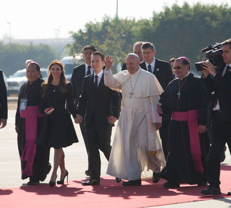 El Papa Francisco saludó a los que se encontraban en el aeropuerto para recibirlo.