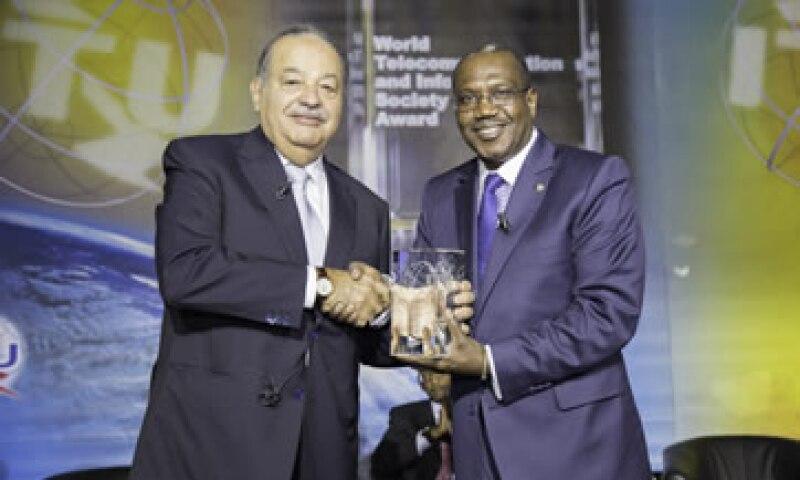 Carlos Slim recibe el premio de manos de Hamadoun I. Touré, secretario de la ITU. (Foto: Cortesía ITU)