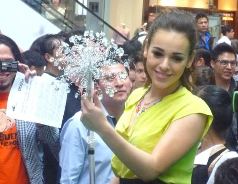 Danna Paola se apodera del cetro de 'Glinda' en esta imagen.