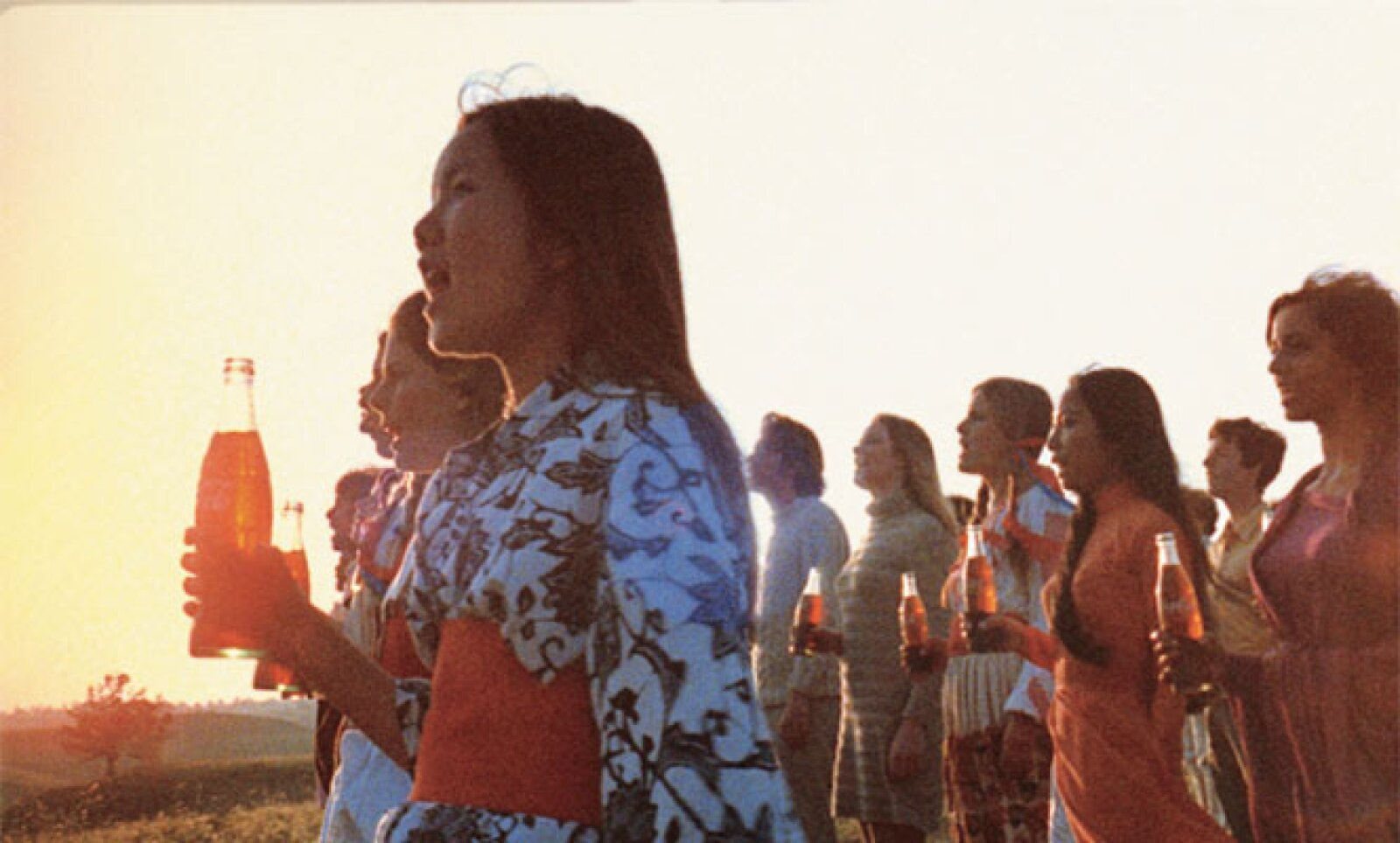 """El spot de televisión """"Me gustaría comprarle al mundo una Coca-Cola"""", cantando en una colina en Italia en 1971."""