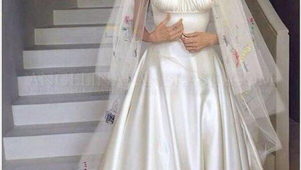 Angelina Jolie contrajo matrimonio con Brad Pitt en un vestido Versace. El velo llevaba dibujos de sus seis hijos.