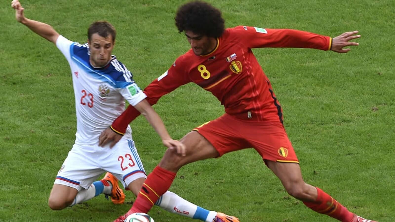 Dmitri Kombarov (izquierda) le realizó una marca férrea al mediocampista belga del Manchester United, Marouane Fellaini