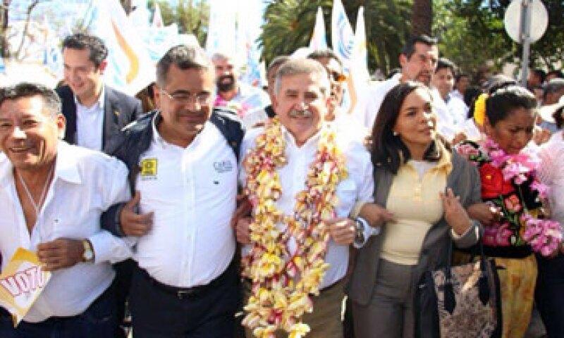 El expriista se registró como candidato a la gubernatura de Oaxaca por la coalición Con Rumbo y Estabilidad para Oaxaca. (Foto: Carlos Hernández )