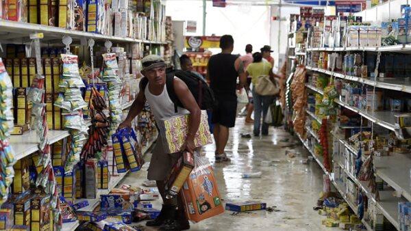 El huracán tocó tierra el domingo causando daños a casas, hoteles y negocios, estos últimos han registrado actos de rapiña.