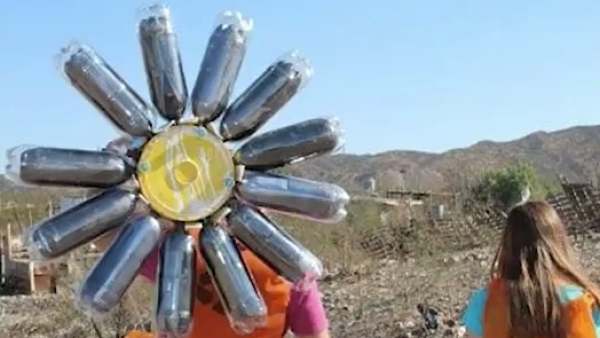 Este calentador de agua fue hecho con materiales reciclados