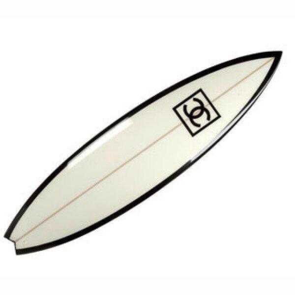 El mundo del surf es una de las grandes pasiones del director creativo de Chanel razón por la cual creó estas tablas de surf.