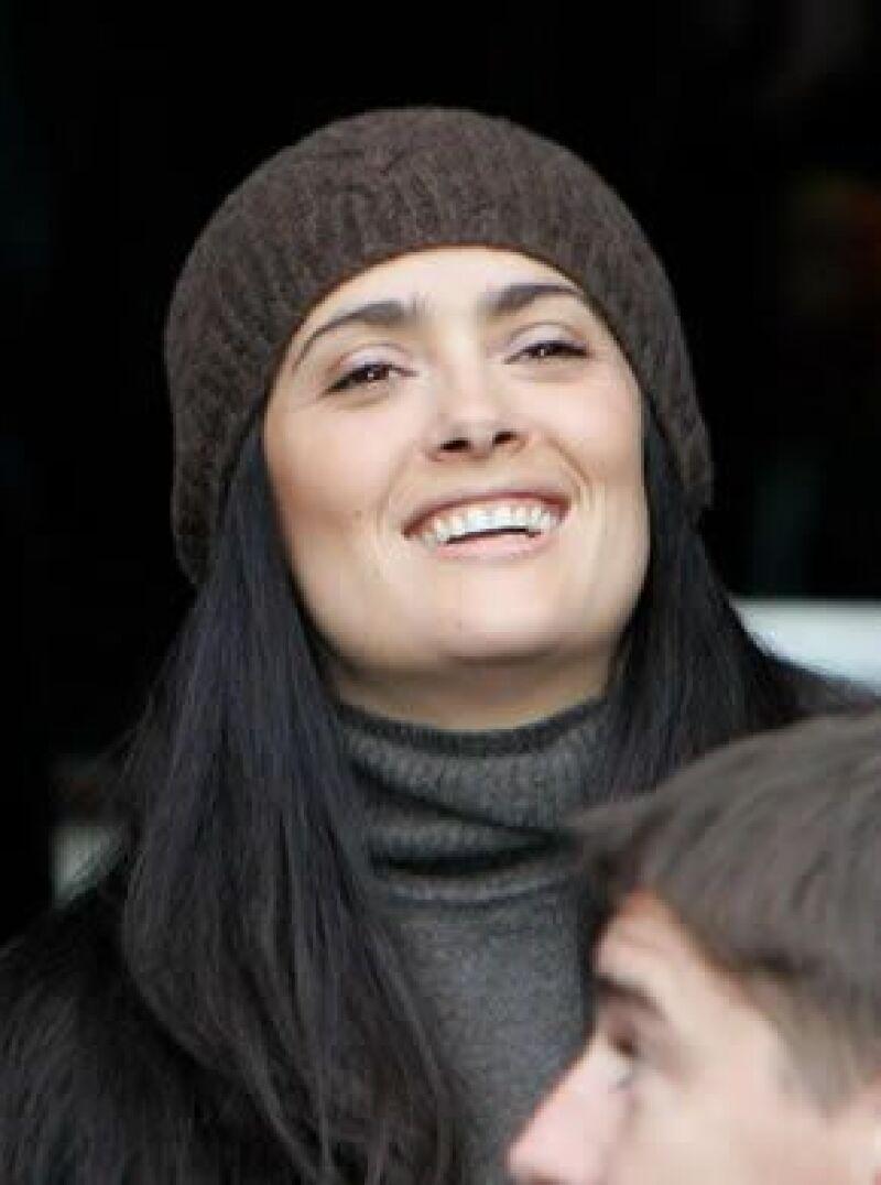 La actriz y el millonario francés estuvieron cariñosos durante un juego de futbol en Rennes, su ciudad natal.