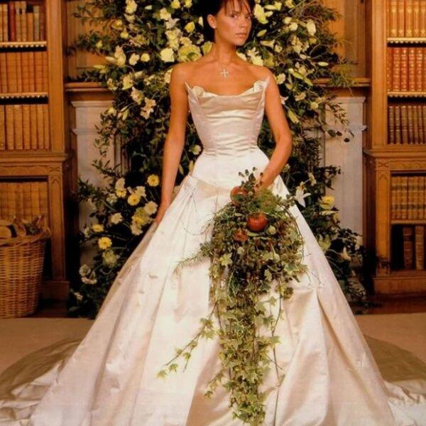 Victoria Beckham: La diseñadora escogió un modelo de satén con escote cuadrado y falda amplia, pero optó por omitir el velo. No obstante, complementó su look con una corona.