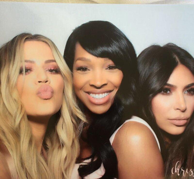 Khloé, Kim y más invitadas se divirtieron en el photobooth.