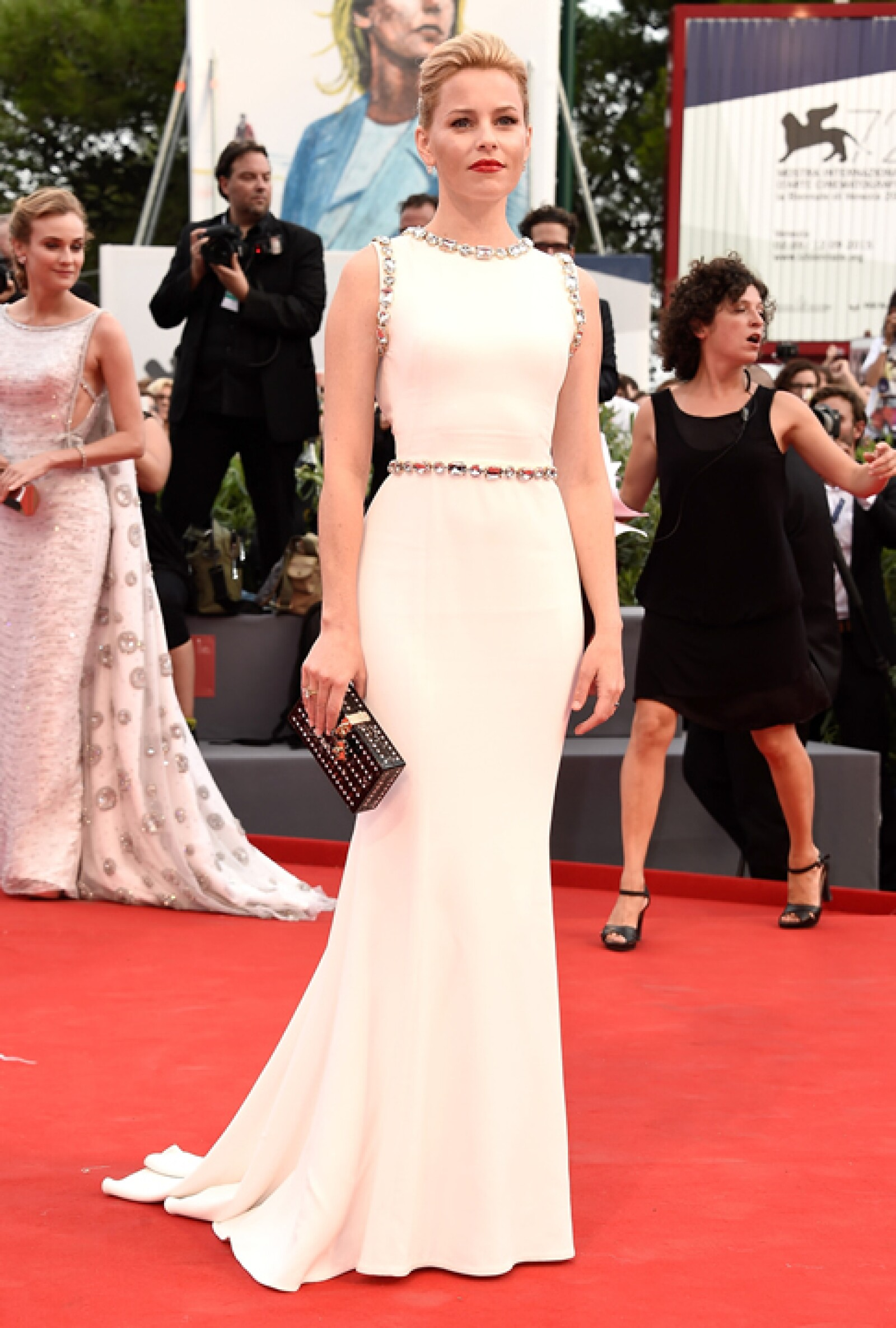 Elizabeth Banks estuvo en la premiere de `Everest´con un vestido blanco y muy elegante de Dolce and Gabbana. La clutch también fue de la firma, que además complementó con aretes de Kwiat y un anillo de Harry Kotlar.