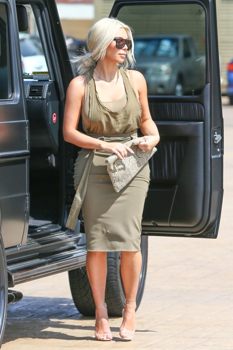 Kim permaneció cerca del auto, y es que su outfit no era nada apropiado para caminar en la arena.