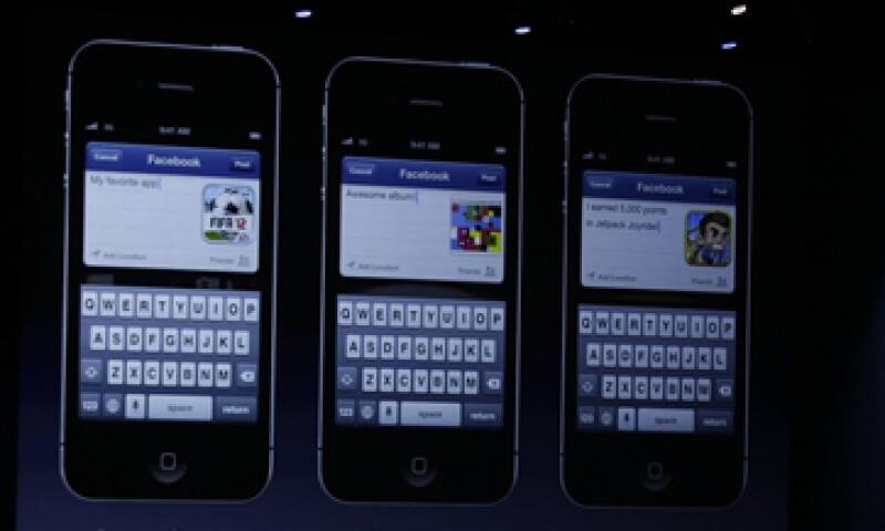 Al cuarto trimestre del año pasado los usuarios activos mensuales conectados en Facebook a través de dispositivos móviles llegaron a 680 millones. (Foto: AP)