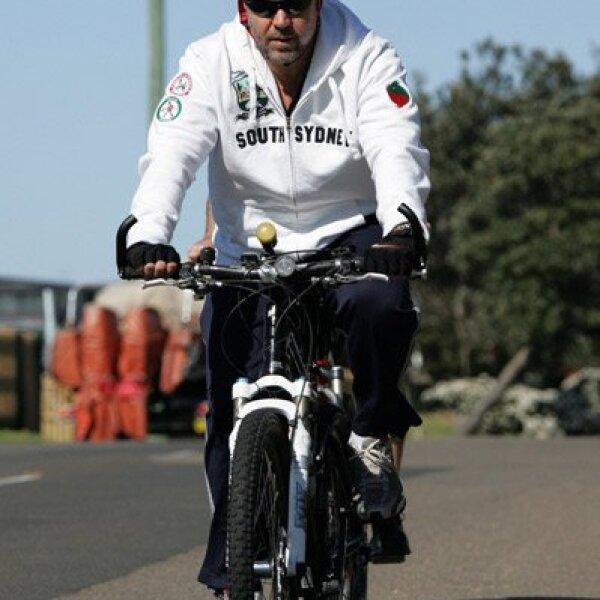 El actor Russell Crowe, quien está por estrenar la cinta `Robin Hood´, optó por pedalear para bajar esos kilitos que tenía de más.