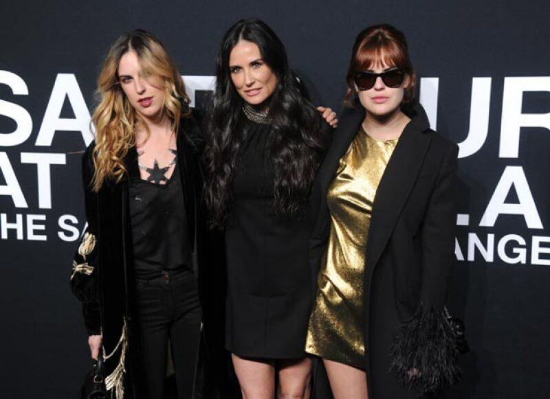 Demi posó al lado de sus hijas muy orgullosa.