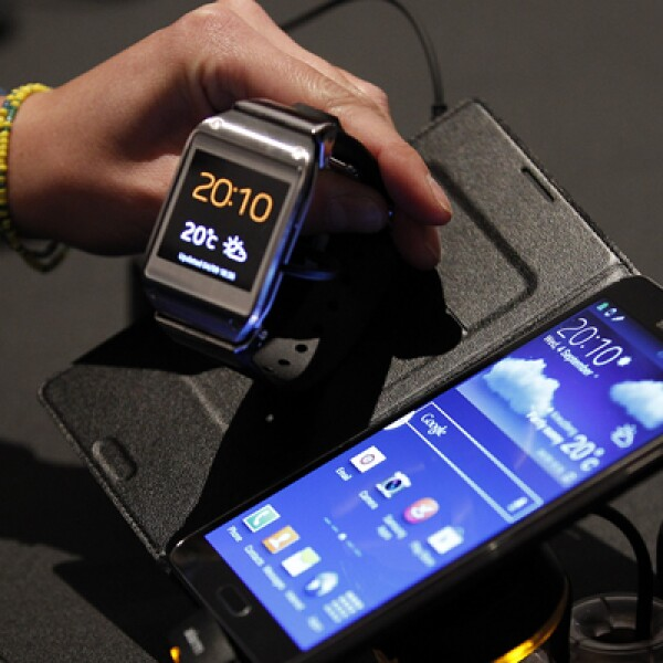 El dispositivo se conecta al Galaxy a través de tecnología Bluetooth.