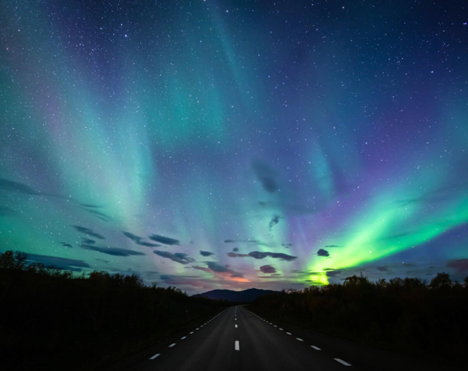 Los cazadores de auroras odian las nubes, pero aquí no tienen de qué preocuparse porque las montañas y los vientos son predominantemente favorables y crean los cielos más libres de nubes del norte ...